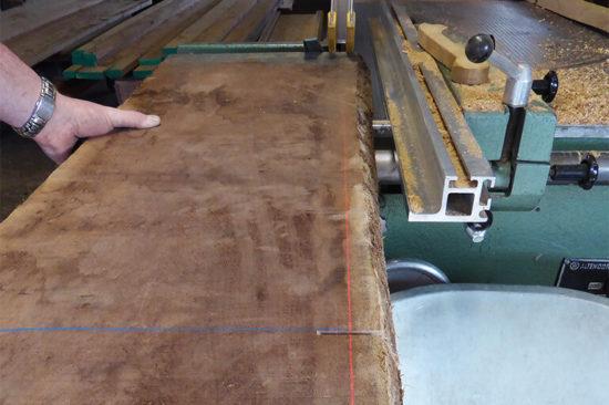 Holz wird gesäumt