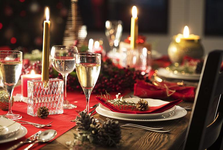 Rote Tischdeko für die Festtagstafel