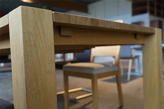 Massivholztisch Ben aus Eiche mit eingezogenen Stangen