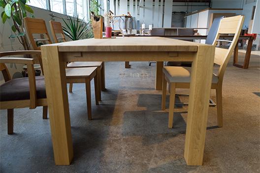 Massivholztisch Ben aus Eiche mit eingezogenen Stangen von vorne