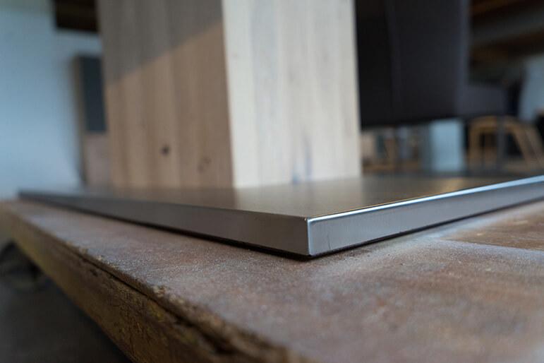 Bodenplatte mit Edelstahl-Ummantelung des Säulentischs Koloss