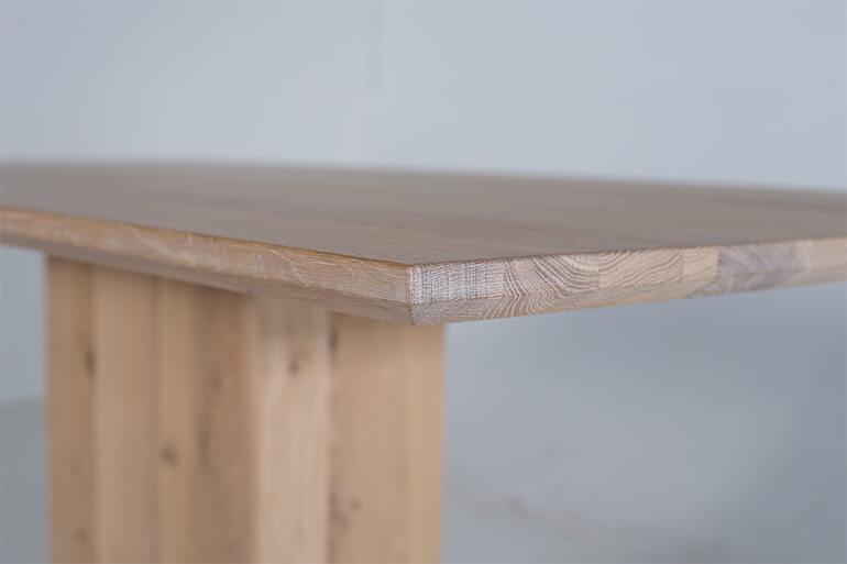 Säulentisch Koloss aus Massivholz in Wildeiche - Tischkante