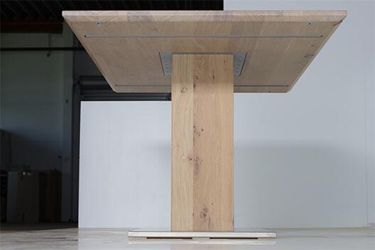 Säulentisch Koloss aus Massivholz in Wildeiche von unten