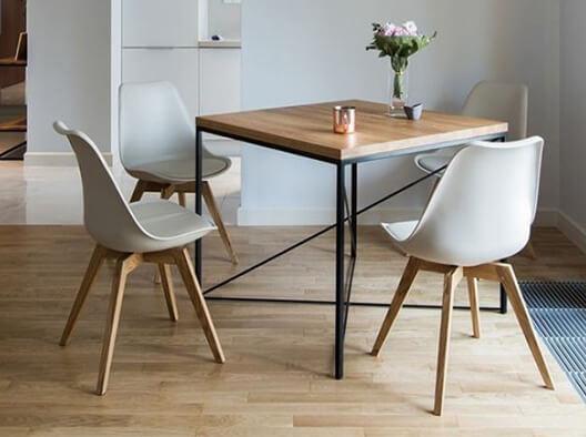 Quadratischer Esstisch im skandinavischen Design mit Massivholzplatte und schwarzem Metallgestell