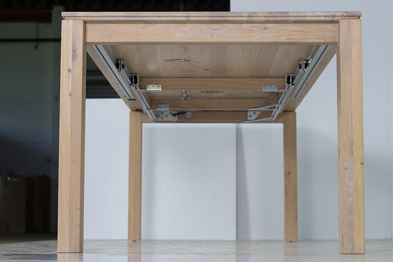 Esstisch Philippe aus Massivholz in Wildeiche ausgezogen von unten – Stirnseite Tischplatte