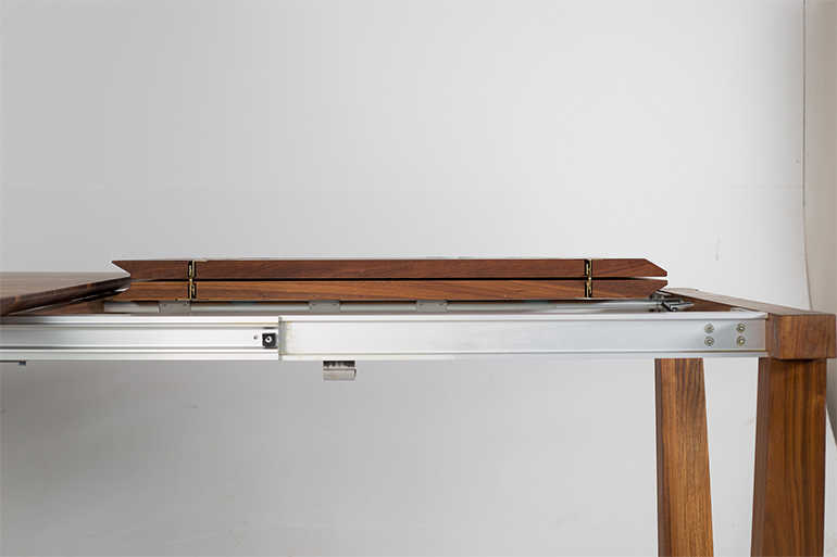 Esstischs Svea aus Nussbaumholz – Gestellauszug und Klappeinlagen von der Seite
