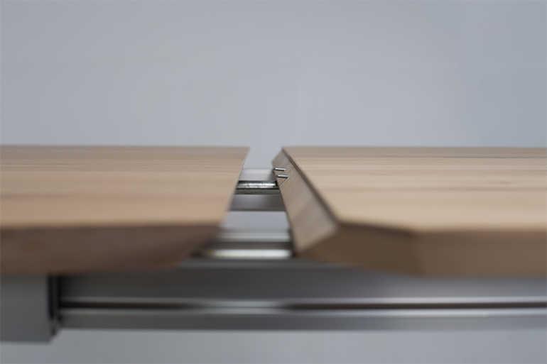 Esstisch Venetia aus Massivholz in Wildeiche ausgezogen - Platte im Detail