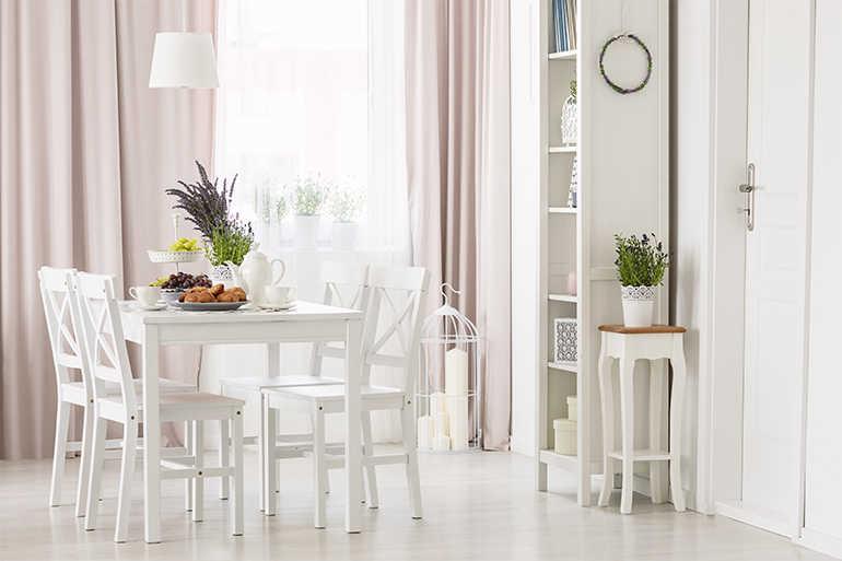 Weißes Esszimmer im Landhausstil