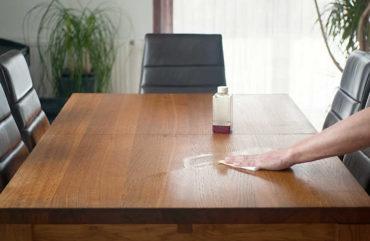 Tischplatte aus Massivholz mit Lappen einölen