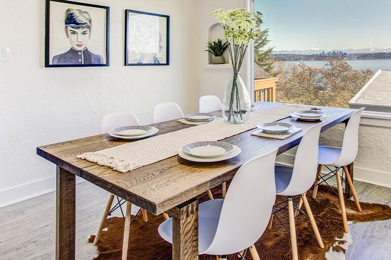 Esstisch mit Tierfell-Teppich