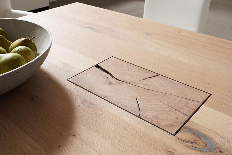 Tischplatte mit Astlöchern und Rissen
