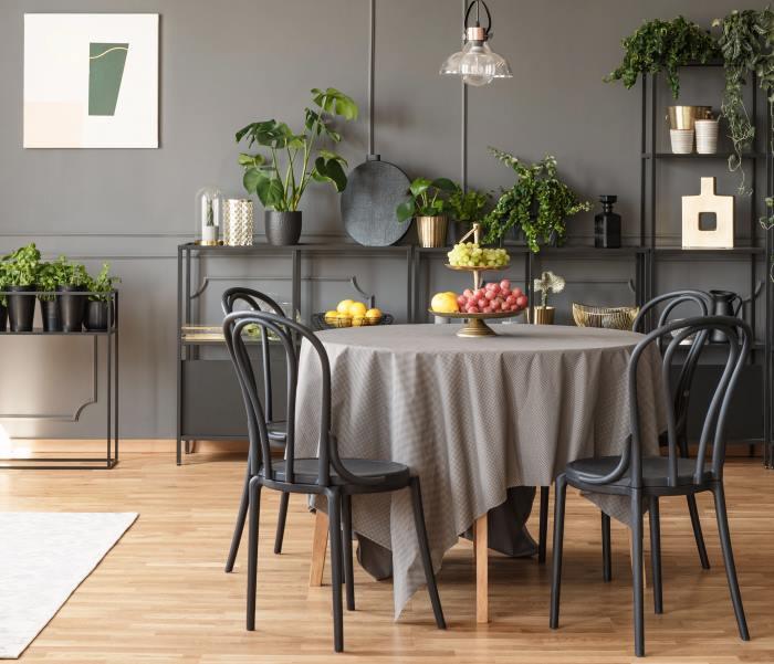 Runder Tisch mit Tischdecke | COMNATA Magazin